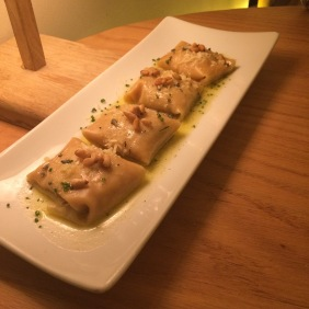 Raviolis dulzones de calabaza con un toque de nuez moscada y canela, con mantequilla de salvia, parmesano y piñones