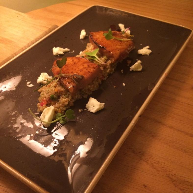 Salmón a la llama con ensalada de quinoa