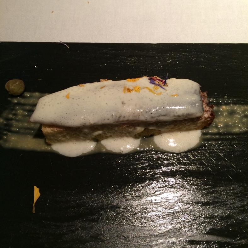 Lomos de sardina sobre pan brioche con queso parmesano, alcaparras y salsa de cacahuete