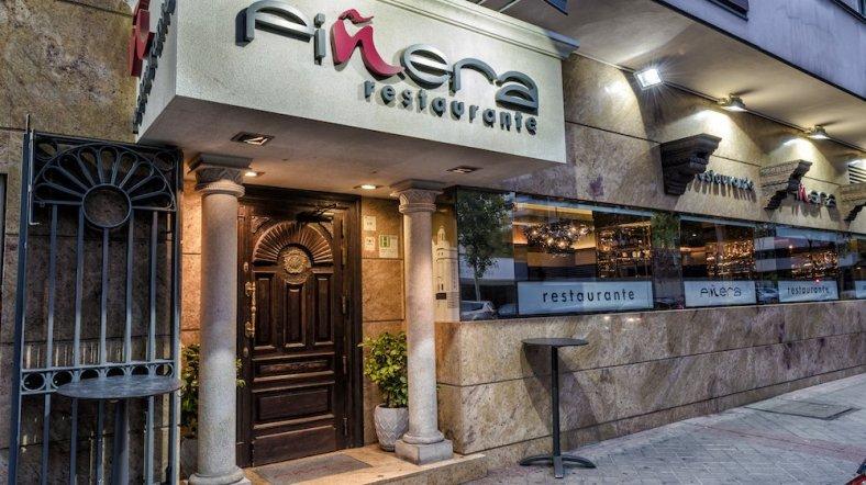 La buena iluminación llama la atención e invita a los clientes a entrar en Piñera