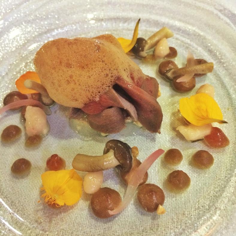 Escabeche de pichón, alubias, membrillo, foie y almendra