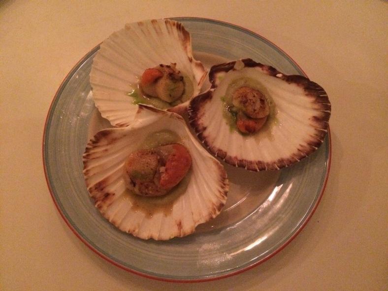 Vieiras con su coral y crema de alcachofas