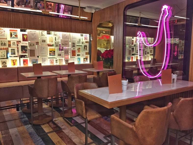 Mesas altas, neones con forma de gallina y huevo y muchos detalles más encontraréis en la nueva Taberna Pedraza