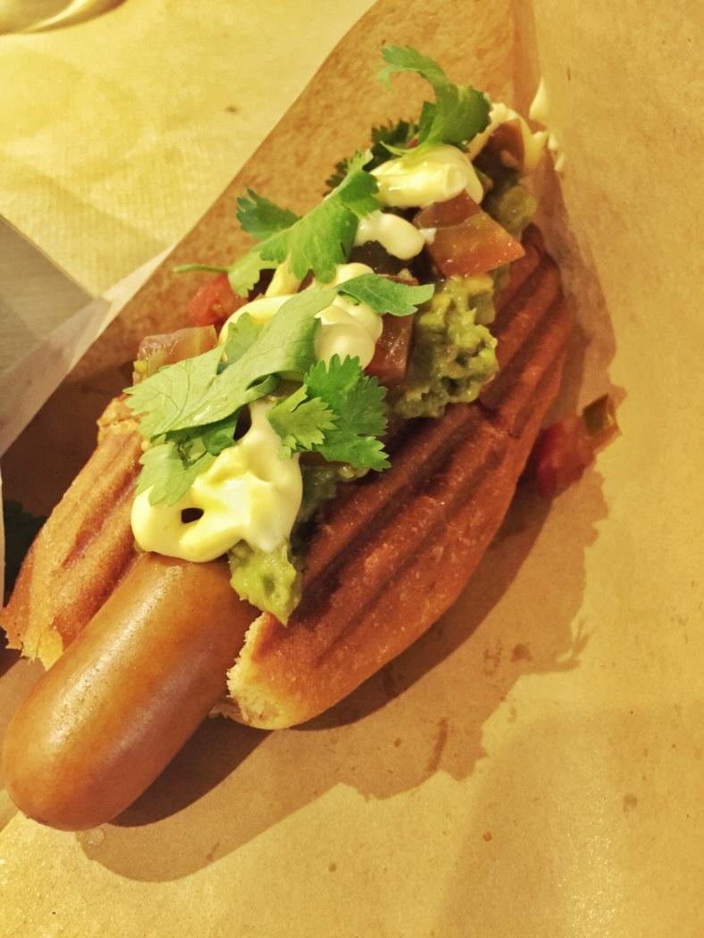 Perrito verde: pan de cerveza negra, salchicha Frankfurt con aguacate y mayonesa