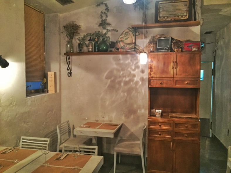 Detalles vintage, mesas de madera blancas sin mantel y luz tenue