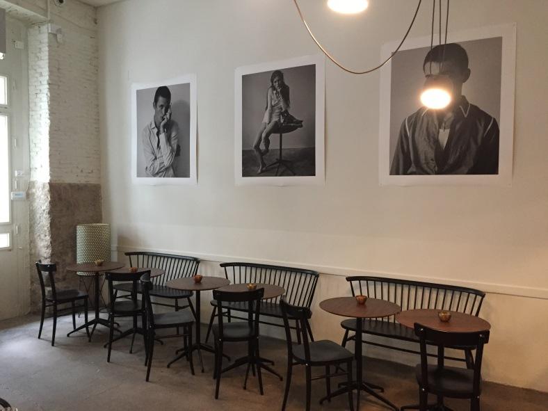 Fotos en blanco y negro, mesas de madera y lámparas de araña decoran La Vaquería Montañesa