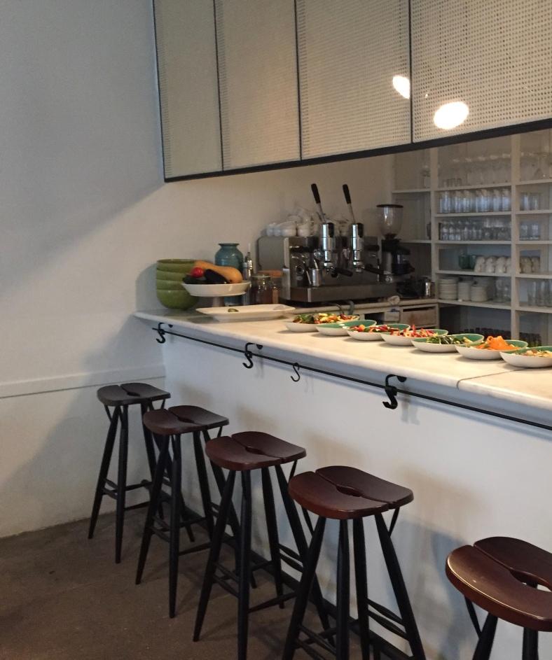 La barra de mármol con el buffet de verduras de Tudela fue lo primero que llamó mi atención