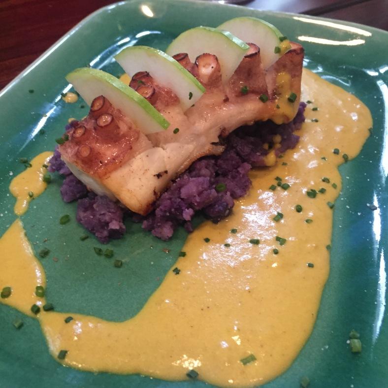Pulpo a la plancha con curry y patata morada