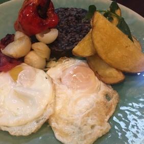 Huevos fritos con morcilla de Burgos