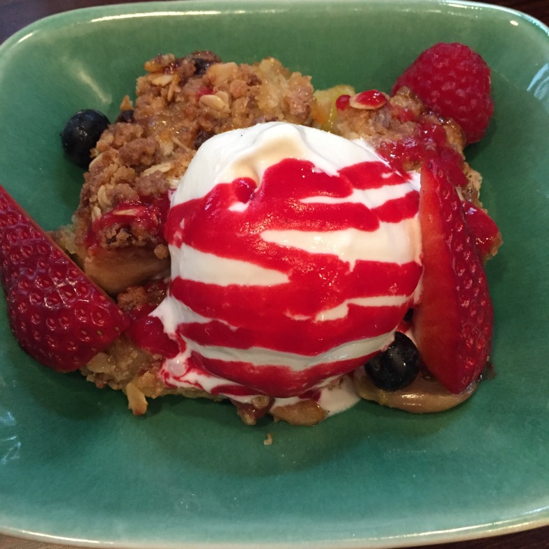 Helado de yogur pasiego ecológico con streussel de frutos rojos