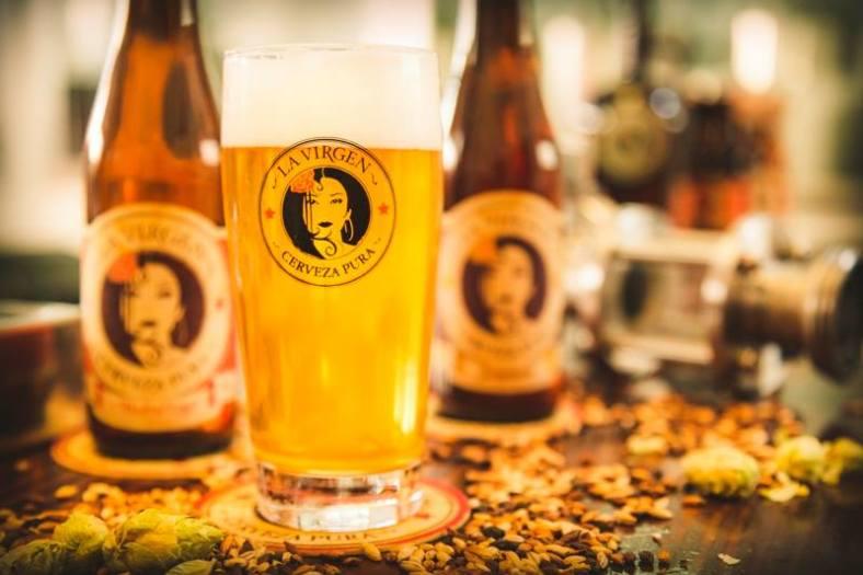Para maridar los perritos, nada mejor que una buena cerveza La Virgen bien fresquita