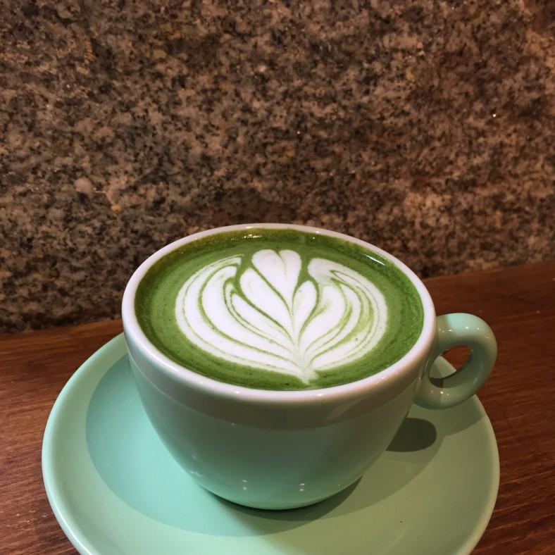 Una taza de matcha latte, la bebida que revoluciona a los adictos al té