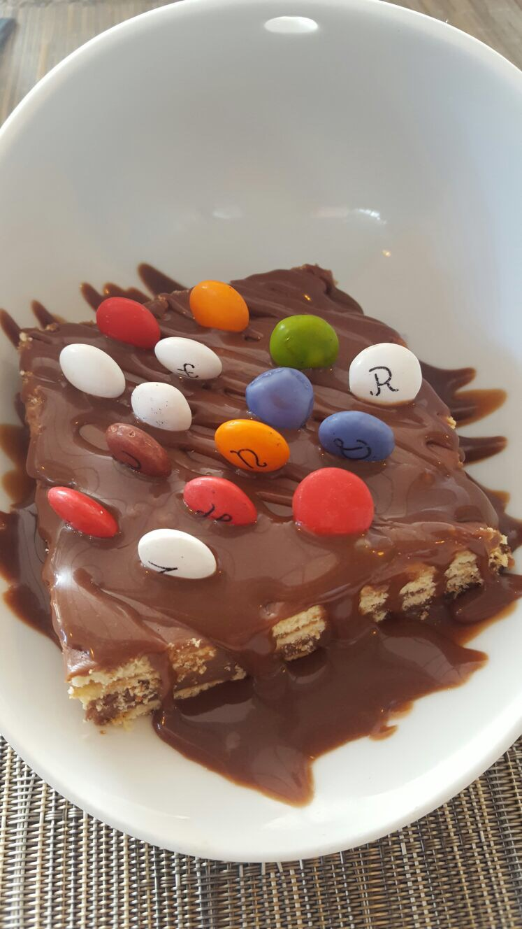 Tarta de galletas maría, chocolate y lacasitos