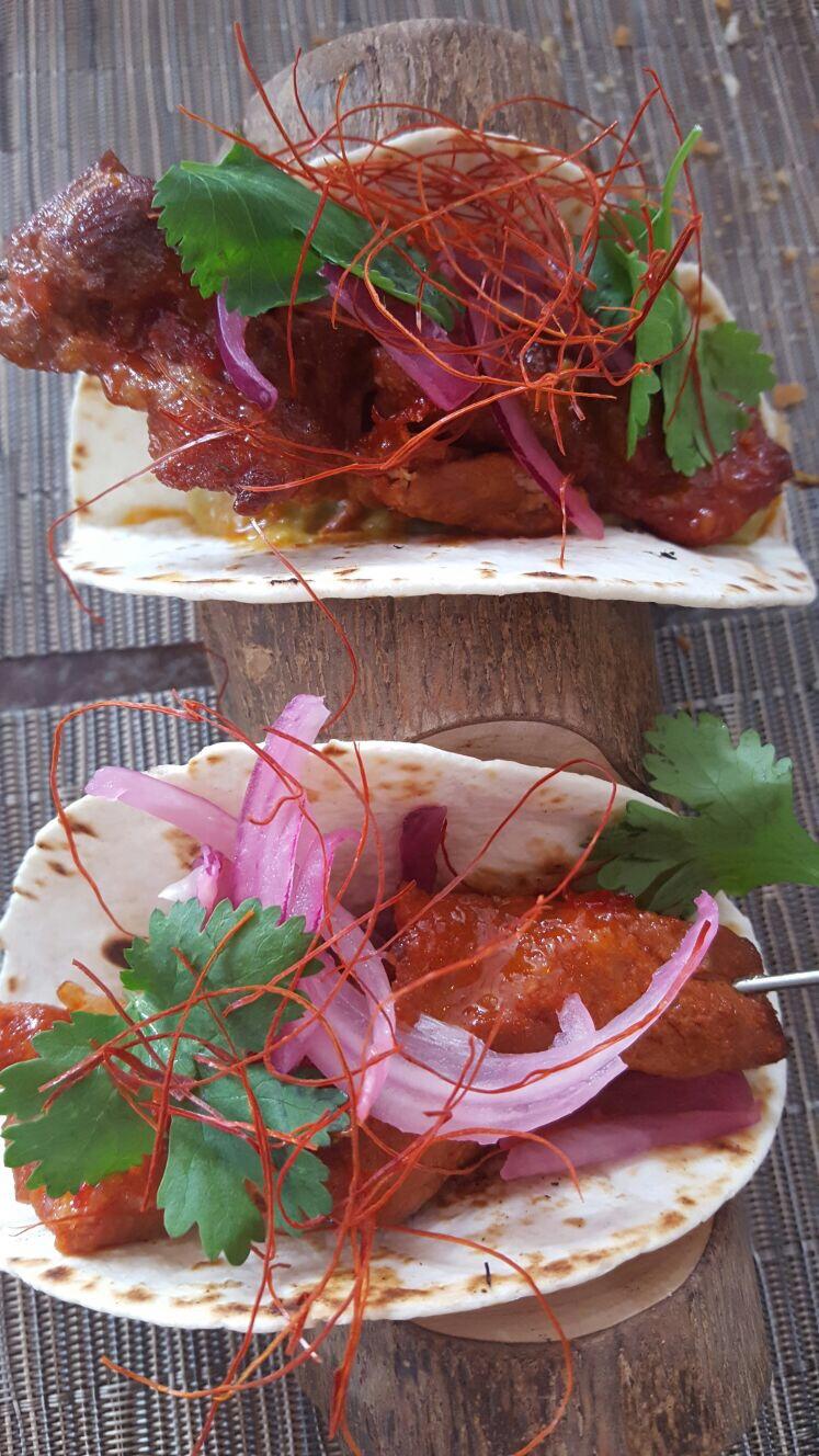 Tacos de pincho moruno glaseados con sweet chili y aguacate