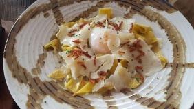 Pappardelle con crema trufada, huevo 64º y crispy bacon