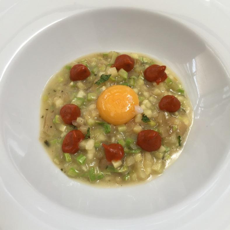 Falso risotto de calabacín, queso mahonés y huevo de codorniz