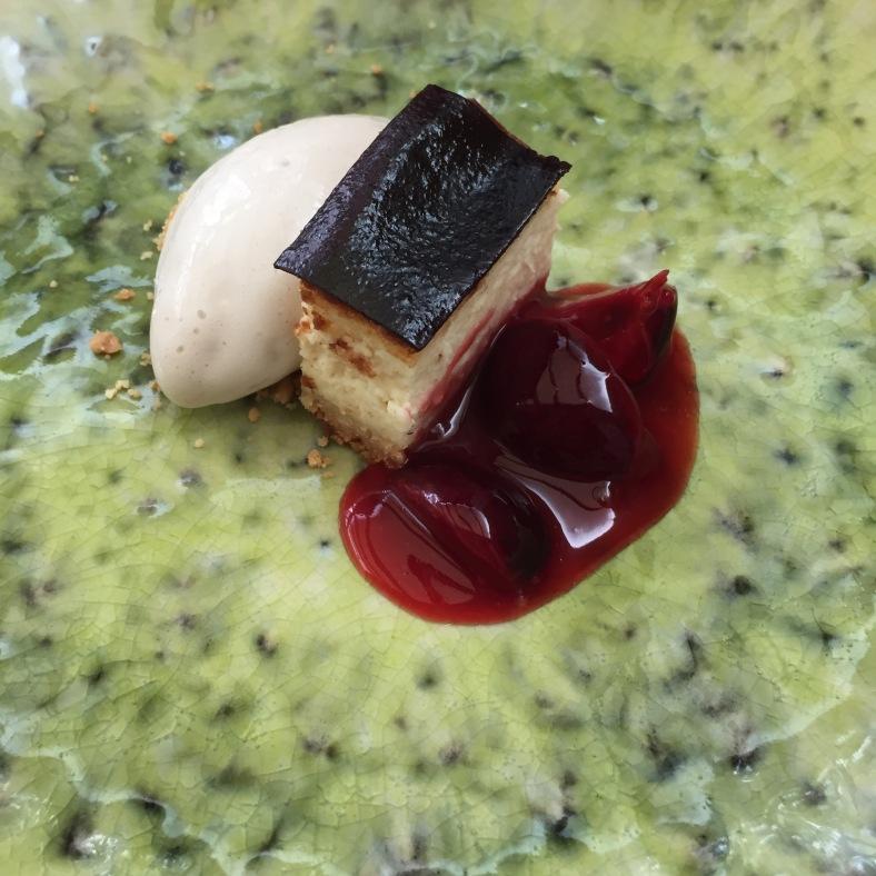 Cheesecake con compota de cerezas y helado de haba tonka