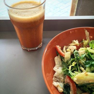 Ensalada de pollo y zumo Ying-Yang