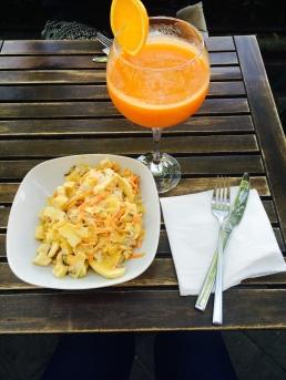 Ensalada de repollo y zumo de zanahoria