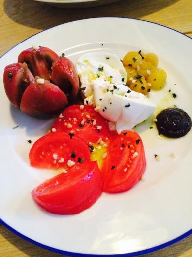 Festín de tomates, burrata y tapenade