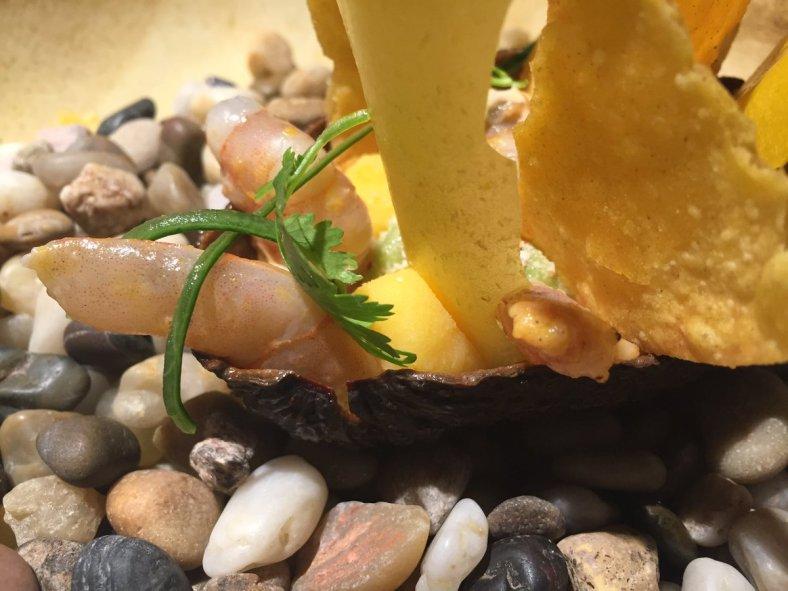 Palta rellena: aguacate con langostino rostizado, salsa chipotle, causa limeña y cancha, acompañados de papel de yuca y tortillas de maíz