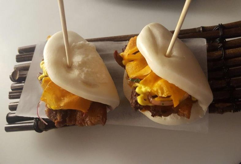Baos criollos de panceta, así amarillo, salsa barbacoa y boniato crujiente