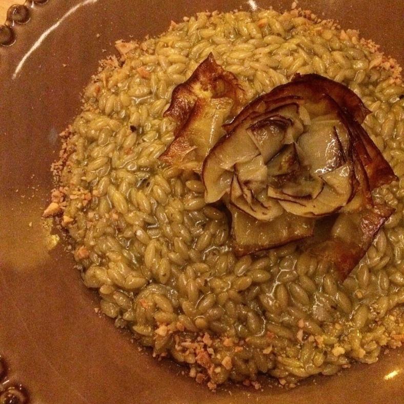 Falso risotto con alcachofas fritas y mantequilla de albahaca
