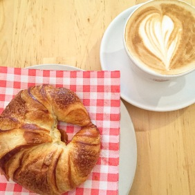 Café y croissant para empezar bien el día