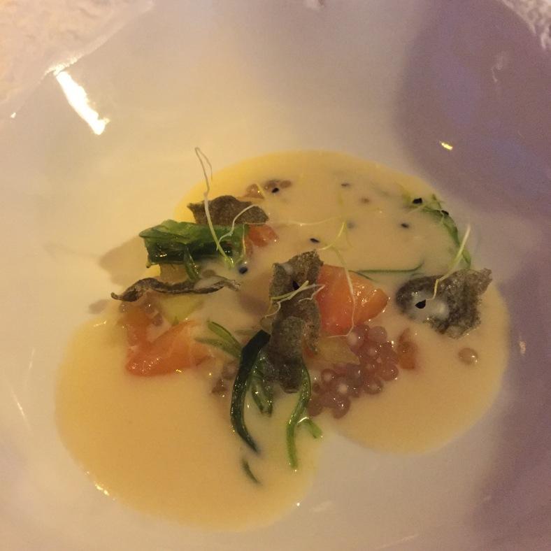 Sopa fría de trucha atlántica con manzana Cru y caviar de alga Nori