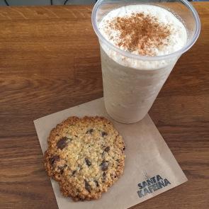 Chai latte y cookie de avena y chocolate