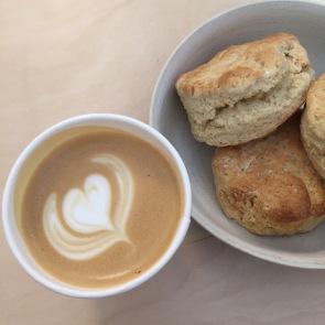 Cappuccino y scones caseros